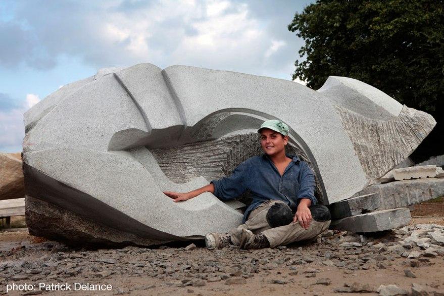 Ines Ferreira sculpte St.Edern en granite  @symposium La Vallée des Saints